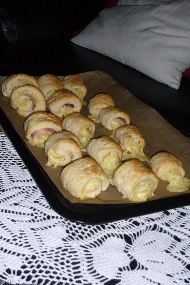 Foto der Schale Pizzabrötchen Käse und Schinken