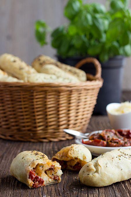 Foto der Schale Pizzabrötchen Käse und Salami