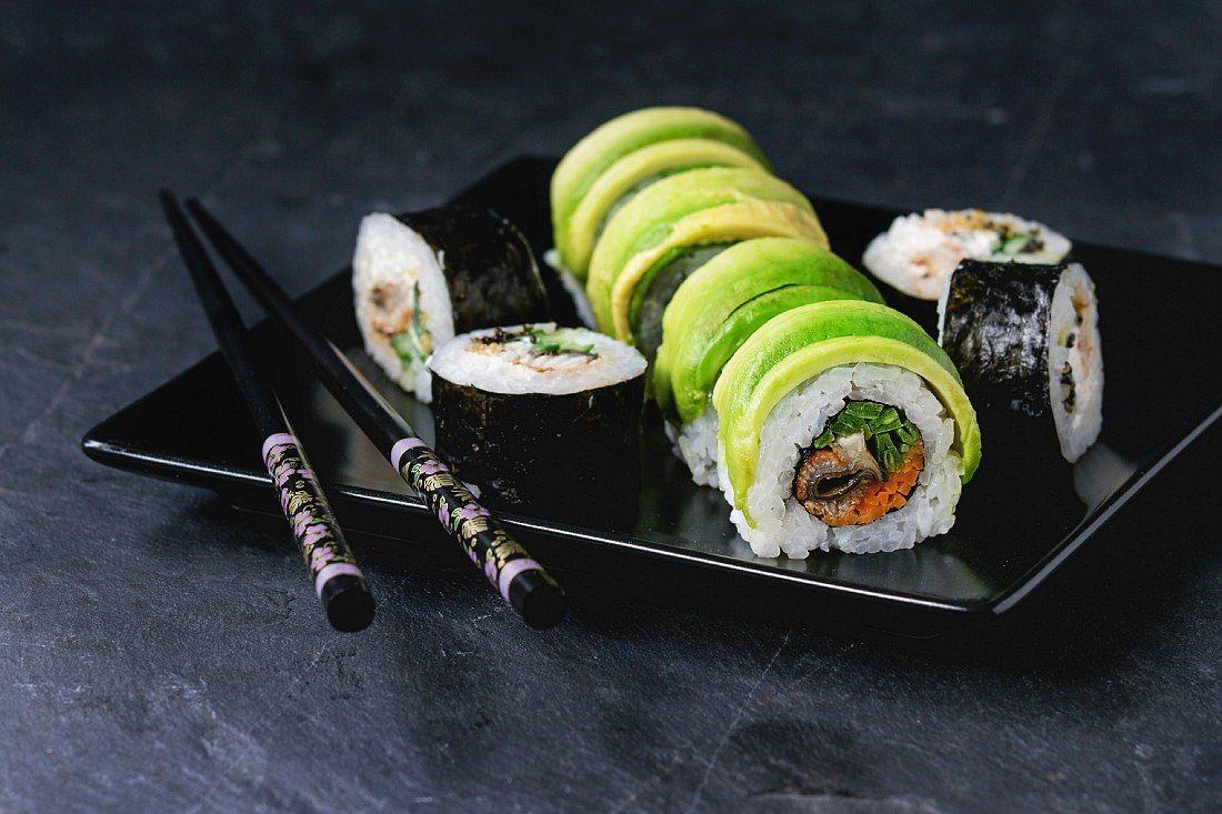 Foto der Schale Avocado-Sushi